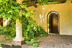 Misteriosa olhando a porta velha no jardim foto de stock