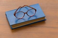 Mistero ed occhiali su fondo di legno Fotografia Stock
