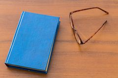 Mistero ed occhiali su fondo di legno Fotografia Stock Libera da Diritti