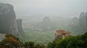 Misth dans le meteora de la Grèce Photographie stock libre de droits