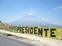 Misti góra blisko Arequipa, Peru z graffiti obrazy stock