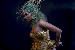 Mistic, femme latine avec les cheveux et le diadème verts d'or, utilise une main Photos stock