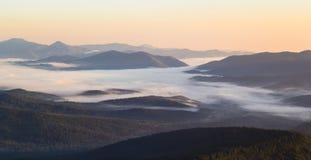 Mistic-Nebel während der Sommersonnenaufganglandschaft in den Karpatenbergen stockfotos