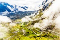 Mistig berglandschap en uitgangspunt van de doodsweg binnen Stock Afbeelding