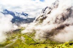 Mistig berglandschap en uitgangspunt van de doodsweg binnen Stock Afbeeldingen