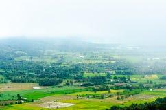 Mistig hemelplatteland van Chiangrai-landschap stock afbeeldingen
