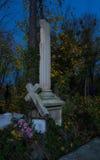 Mistig kerkhof bij nacht Oude Griezelige begraafplaats in maanlicht door de bomen Stock Foto