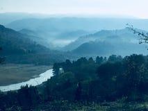Mistig landschap in Meer Angitola Stock Fotografie