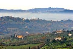 Mistig landschap van landelijk Toscanië, Italië Stock Fotografie