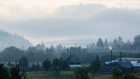 Mistig ochtendpanorama van groene bergvallei, Over de Karpaten, Vatra Dornei, Bucovina-Gebied, Europa Schoonheid van stock afbeelding