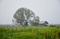 Mistig ochtendweer over het Inle-Meer drijvende dorp Stock Afbeelding