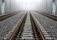 Mistig spoorwegspoor Stock Foto
