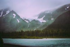 Mistige bergen en oever van het meerwildernis Royalty-vrije Stock Afbeelding