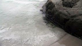 Mistige Dag Oceaan Zachte Schommeling op Sandy Beach stock footage