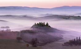 Mistige dageraad op plattelandsheuvels royalty-vrije stock afbeelding