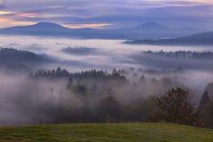 Mistige dageraad over Boheems Zwitserland Stock Afbeeldingen