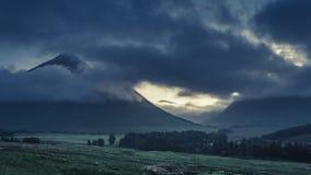 Mistige dageraad over de bergen van Glencoe in Schotland in de zomer stock videobeelden