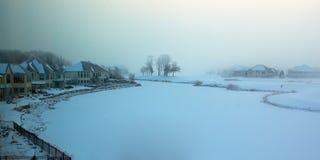 Mistige de winterochtend op een bevroren golfcursus. Royalty-vrije Stock Afbeelding