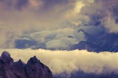 Mistige de zomerochtend in het gebruik van Alpen als achtergrond stock afbeelding