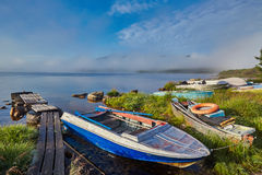 Mistige de zomerochtend op eiland Een meertros Het meer van Jack London kolyma royalty-vrije stock fotografie