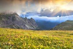 Mistige de zomerzonsopgang in de Italiaanse Alpen Dolomietbergen, I Stock Foto