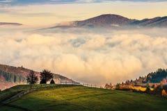 Mistige en hete zonsopgang in Karpatische bergen Royalty-vrije Stock Fotografie