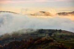 Mistige en hete zonsopgang in Karpatische bergen Stock Foto
