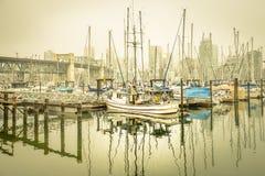 Mistige jachthaven Royalty-vrije Stock Foto's
