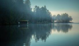 Mistige kusten van het meer royalty-vrije stock foto