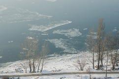 Mistige mening over de dijk en de rivier Donau in Esztergom Royalty-vrije Stock Fotografie