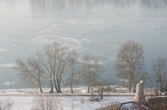 Mistige mening over de dijk en de rivier Donau in Esztergom Stock Foto