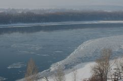 Mistige mening over de dijk en de rivier Donau in Esztergom Stock Foto's