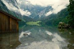 Mistige mening over het meer Koenigsee Stock Foto's