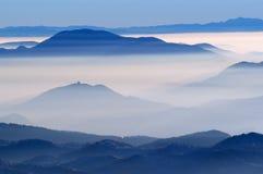 Mistige mening van bergen Stock Foto