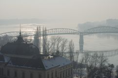 Mistige mening van de Maria Valeria-brug in Esztergom Stock Foto's