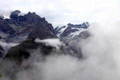 Mistige mist in de bergen Stock Foto's