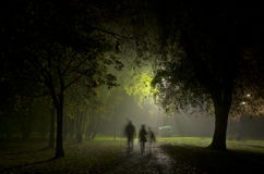 Mistige nacht het stad Manchester Engeland Europa Royalty-vrije Stock Afbeeldingen