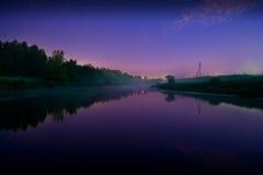 Mistige Nacht op plattelandsrivier Stock Foto's