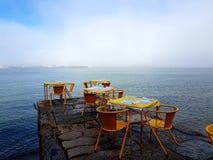 Mistige ochtend bij Cacilhas-restaurant stock afbeeldingen