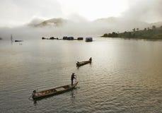 Mistige ochtend bij het meer Stock Afbeelding