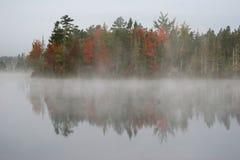Mistige ochtend bij meer Stock Fotografie