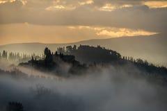 Mistige ochtend in de heuvels van Toscanië dichtbij San Gimignano, Toscanië, Italië royalty-vrije stock foto's