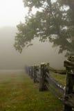 Mistige ochtend met gespleten spooromheining royalty-vrije stock foto's