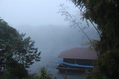 Mistige ochtend op de rivier Stock Foto