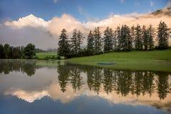 Mistige Ochtend op meer, met mooie wolken en bezinning stock foto's