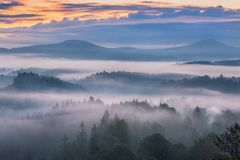 Mistige ochtend over Boheems Zwitserland Stock Afbeeldingen