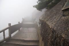 Mistige Rainny-dag Steen Steile Stappen Treking het lopen het hking Huan stock foto's