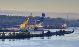 Mistige rivier en haven bij zonsopgang Royalty-vrije Stock Foto