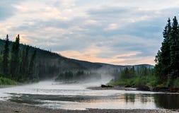 Mistige rivier na een zware onweersbui Royalty-vrije Stock Foto