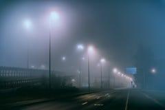 Mistige straat met niemand in de voorstad Stock Foto